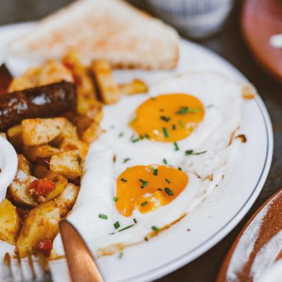 Plato con huevos fritos, patata y..